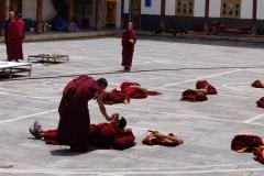Mönche auf dem Fußboden des Hofs